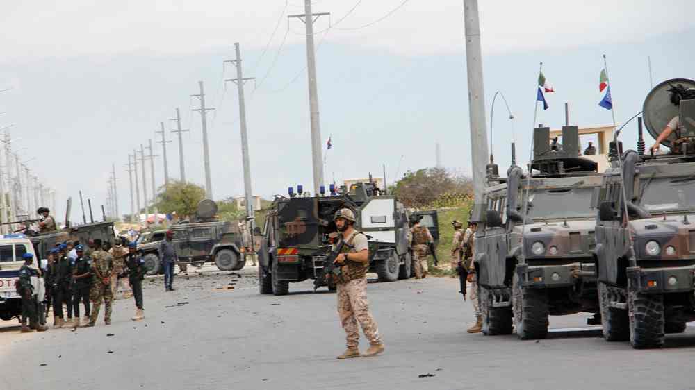 Militants attack EU military convoy and US base in Somalia