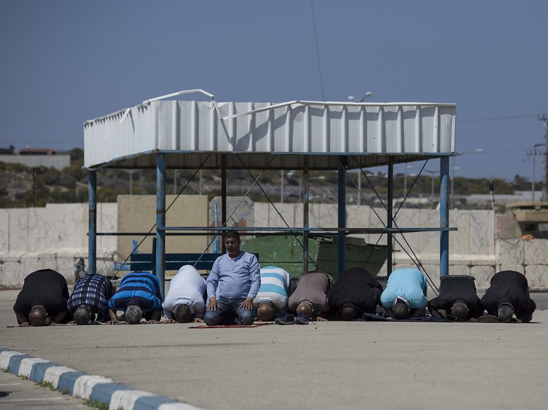 Israel quietly lets in Gaza workers in bid to ease tensions