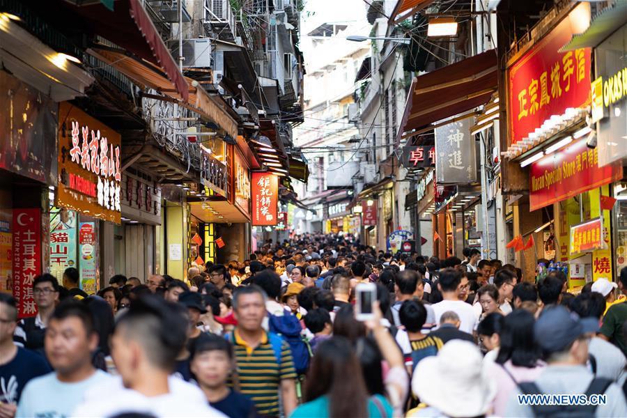 People enjoy National Day holiday across China