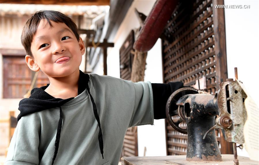 Visitors experience rural life in C. China