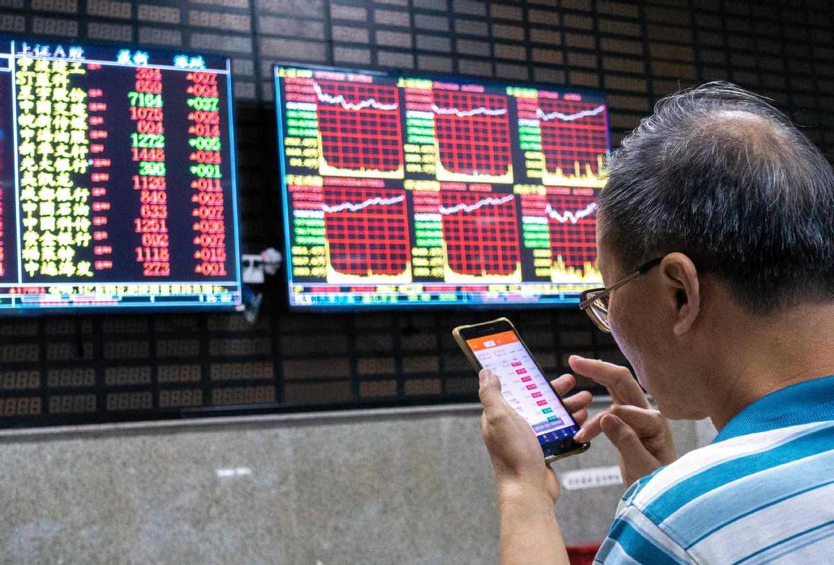 Stocks edge up on mainland exchanges