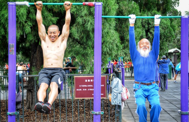Old Beijingers doing exercises at the Temple of Heaven become a hit online