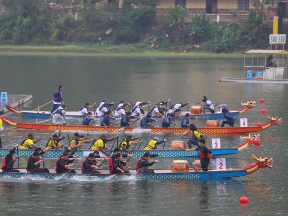 360 university students paddle in dragon boat race