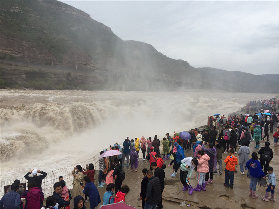 Hukou Waterfall a wonder for autumn tourists