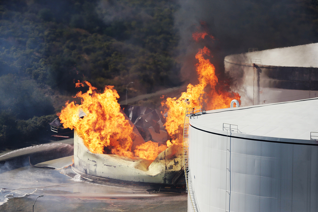 Huge fire at oil storage facility contained in California