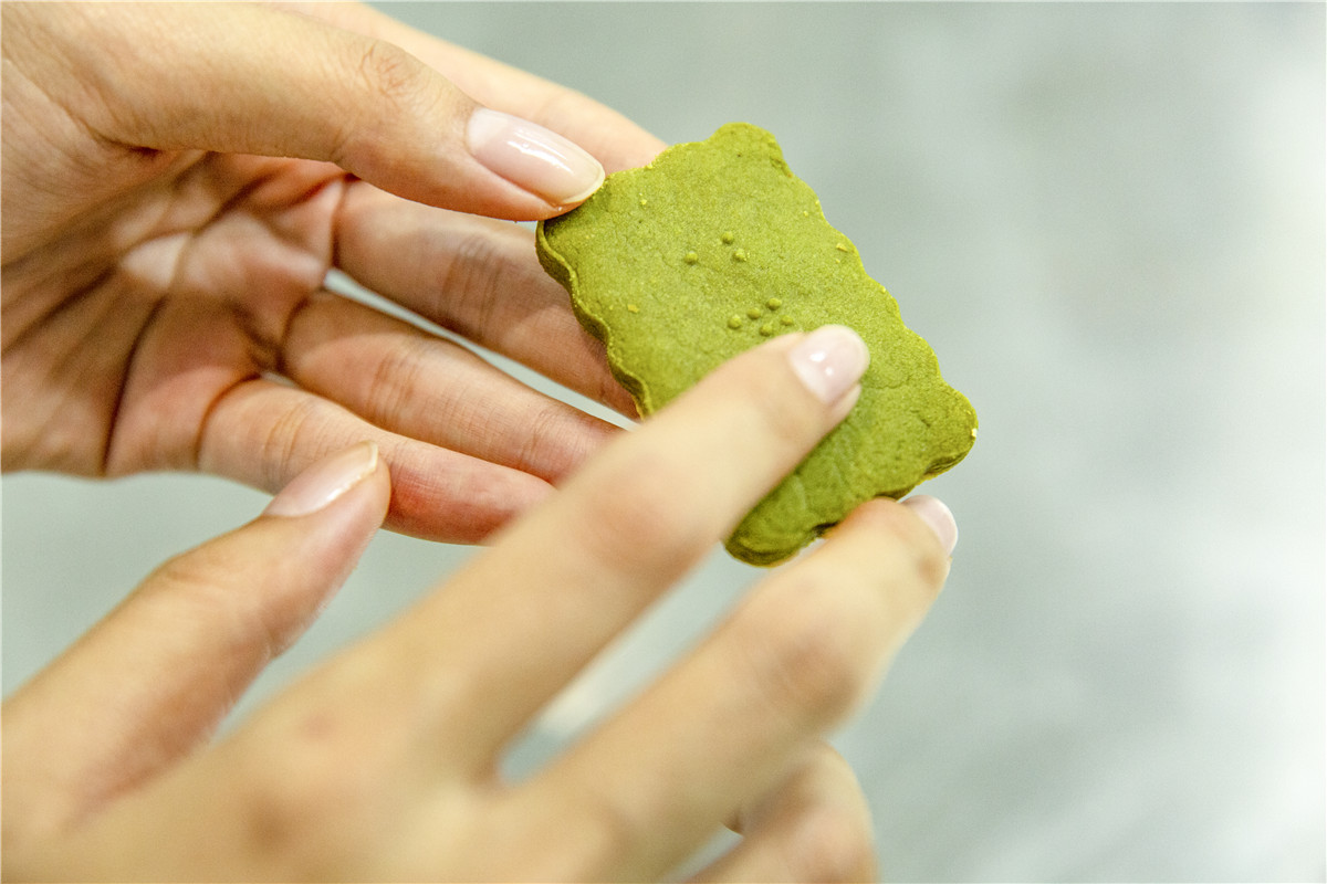 Chongqing students create cookies for the blind