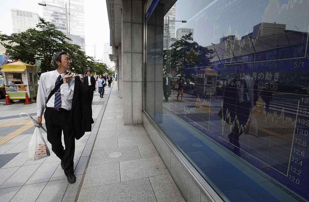 Tokyo stocks flat in morning on chipmakers' gains, profit-taking