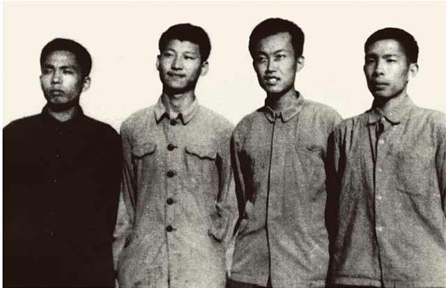 1973年上山下乡时期,习近平(左二)在陕西延川县。来源:新华社.jpg