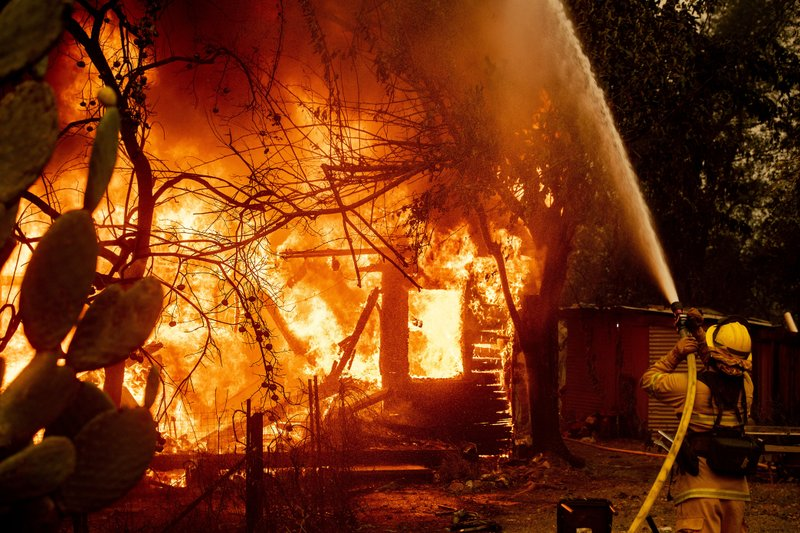 Hundreds flee Northern California wildfire amid blackouts