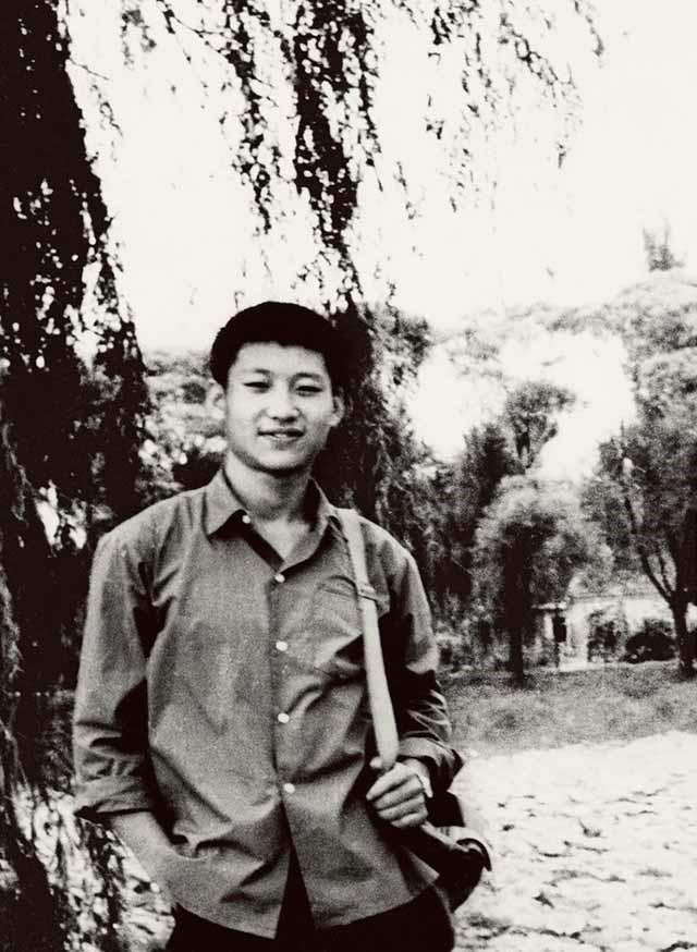 这是1972年,插队回京探亲时的习近平。来源:新华社.jpg