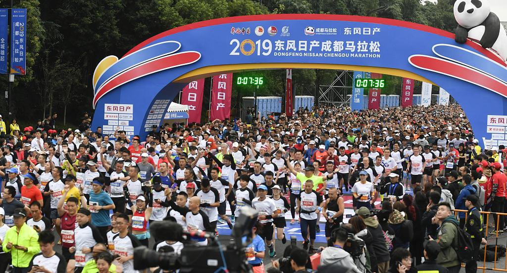 30,000 runners compete in Chengdu Marathon