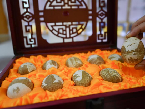 """Inheritor of intangible cultural heritage devoted to """"Le'an egg carving"""""""