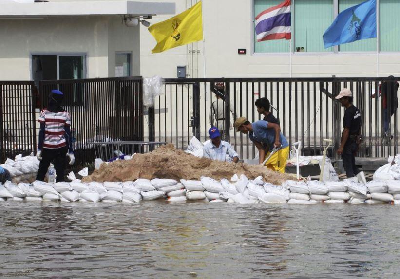 sandbags thailand (ap).jpg