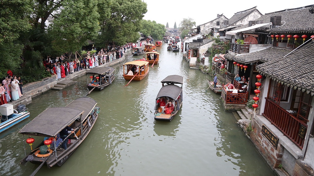 Chinese water towns lure festival tourists