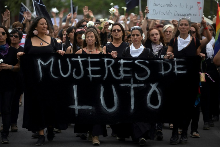 Thousands protest to maintain pressure on Chile government