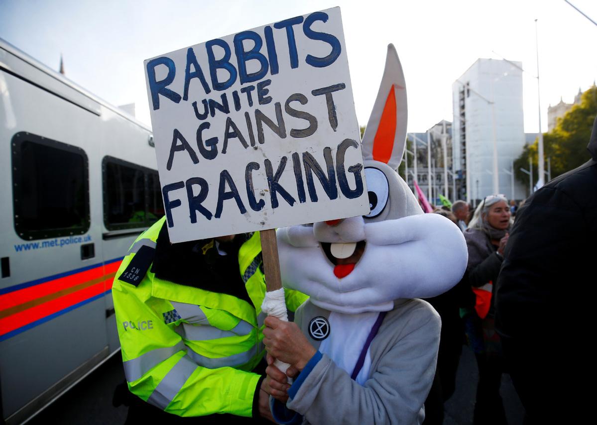 British govt halts fracking over earthquake fears