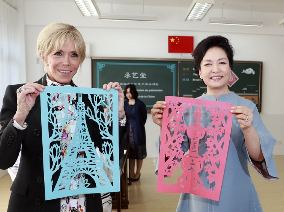 Peng Liyuan, French first lady visit middle school in Shanghai