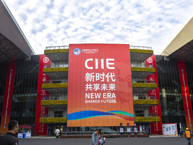 Xi takes photos with leaders and participants to CIIE
