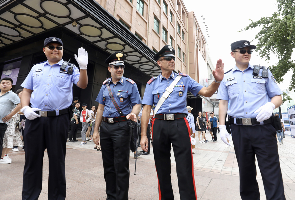 Chinese police officers join Italian police for joint patrol