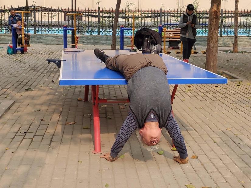 Senior citizen's stunts amaze crowds in Zhengzhou
