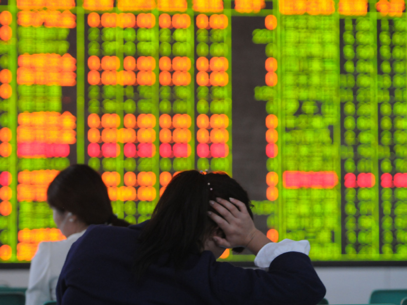 Chinese shares close lower Monday