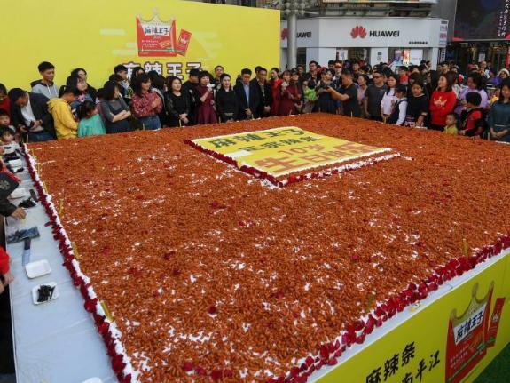 Huge spicy gluten cake appears in Changsha