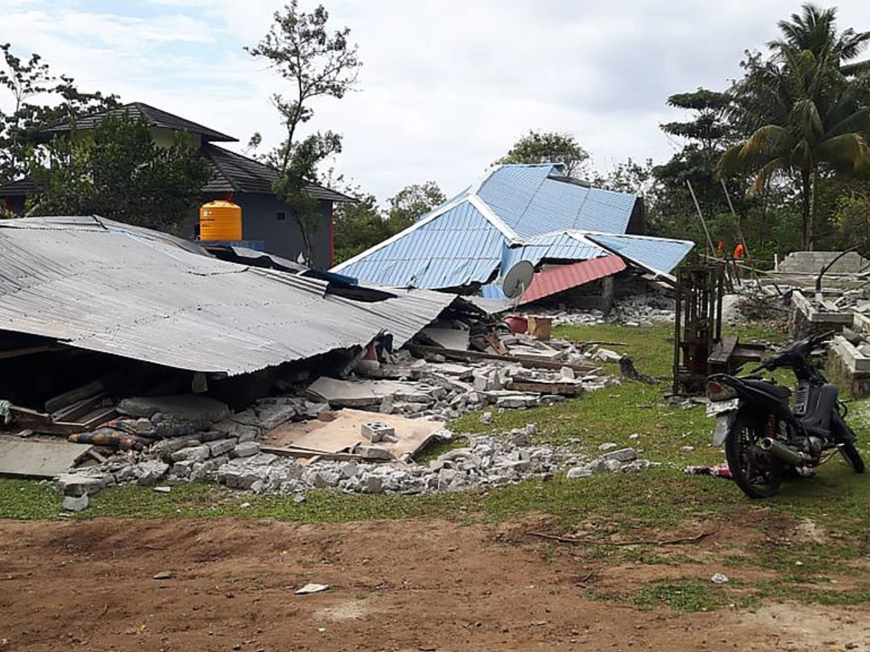 Shallow quake in Indonesia kills 2, damages dozens of houses