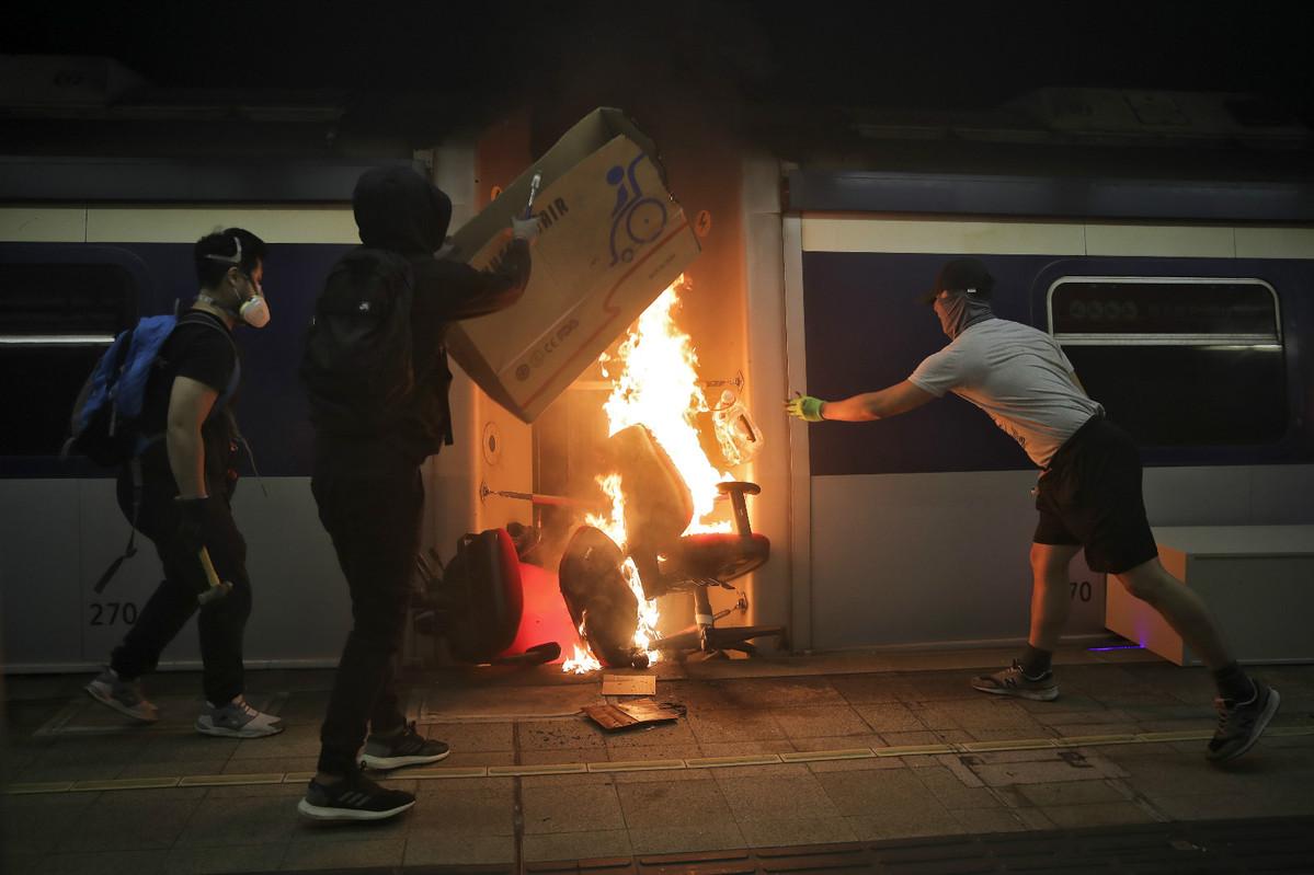 Students escape HK rioters' attacks