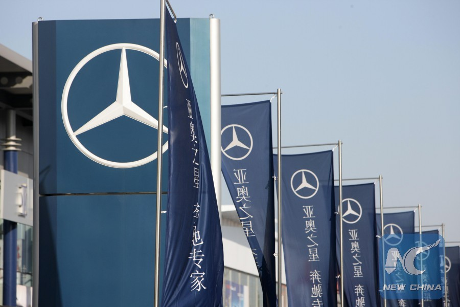 Automaker Daimler to save $1.54B by cutting manager posts