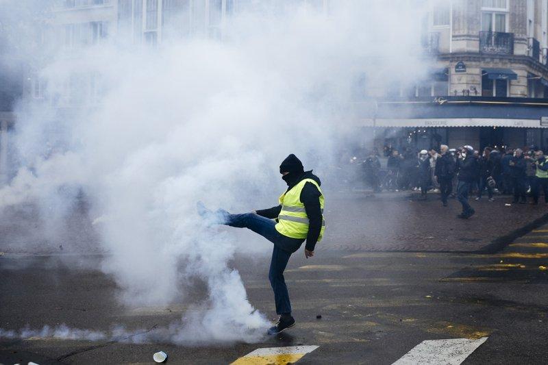 Scuffles mar anniversary of birth of yellow vest movement