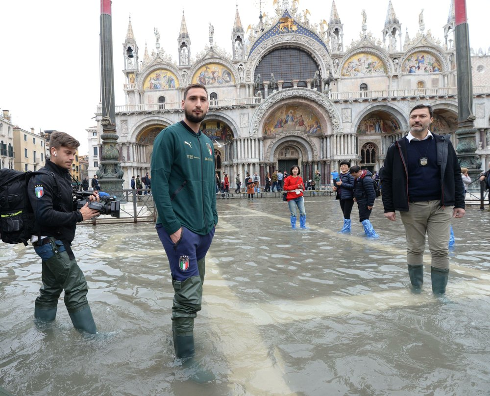 Venice braces for another exceptional tide, tourists flee