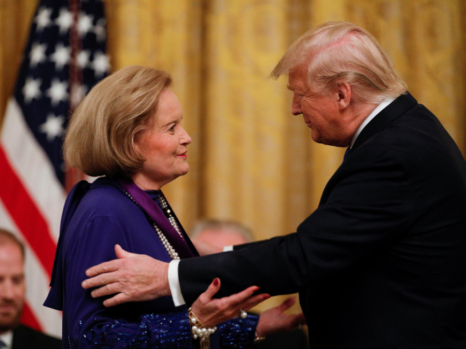 Trump presents National Arts Medals at White House