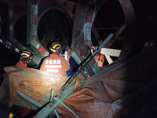 6 dead, 6 trapped after highway tunnel collapses in SW China