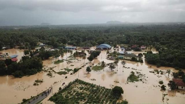 Thousands evacuated as flooding hit two Malaysian states