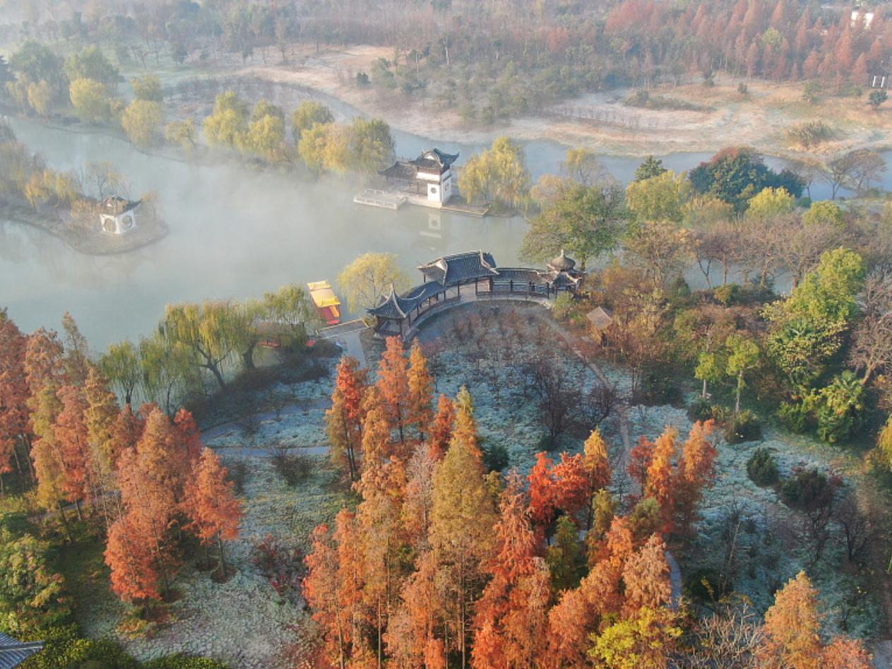 Scenery of fog-shrouded Slender West Lake of East China