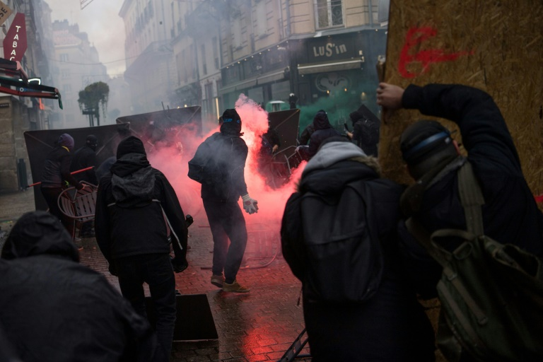 Unrelenting transport chaos as French strike bites