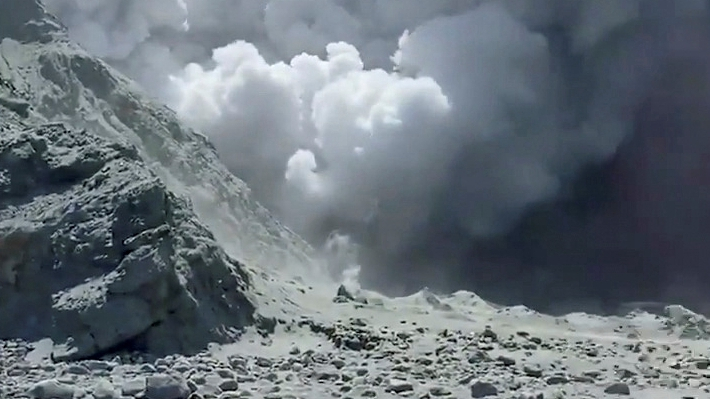 Tremors at New Zealand volcano impedes recovery effort
