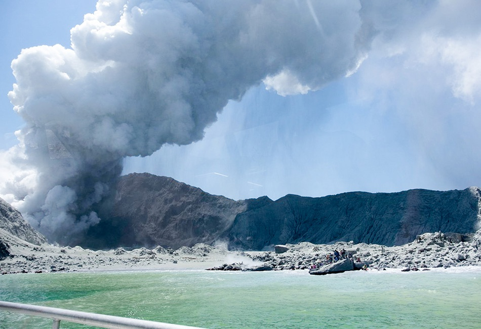 New Zealand rescue team to lift 6 bodies from volcanic island