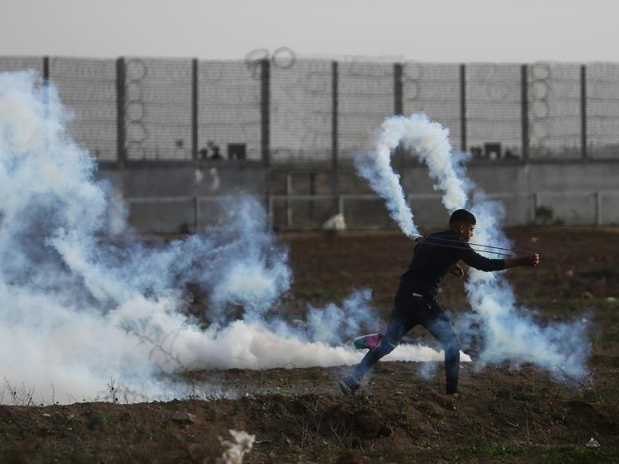 Palestinian protesters clash with Israeli troops in Gaza