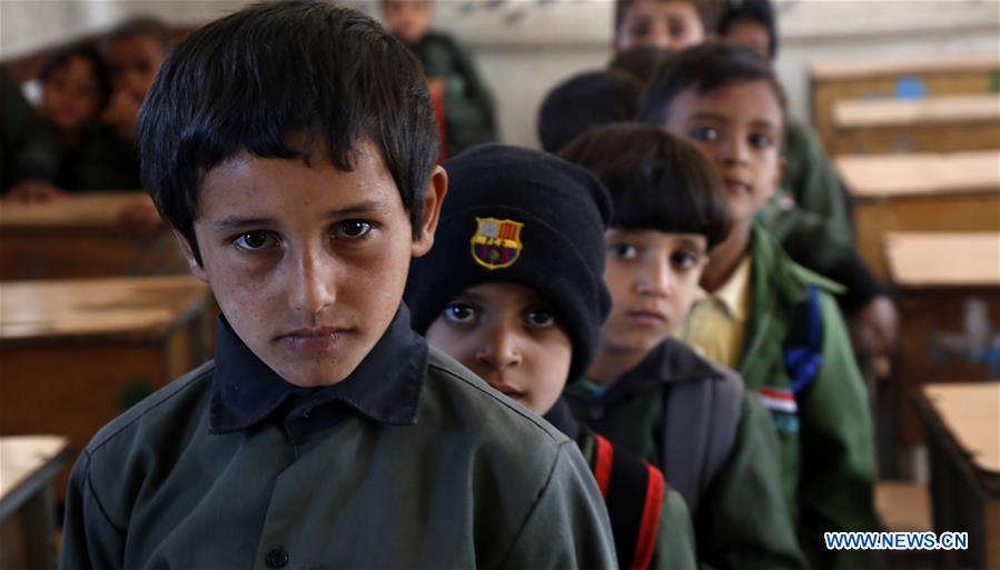 Health worker gives child vaccine against schistosomiasis in Yemen