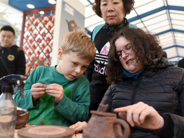 Foreigners enjoy Chinese intangible cultural heritage at Zhejiang