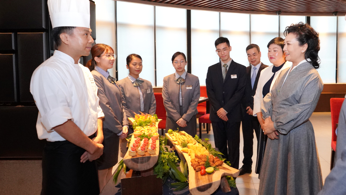 Peng Liyuan pays a visit to the Macao Institute for Tourism Studies