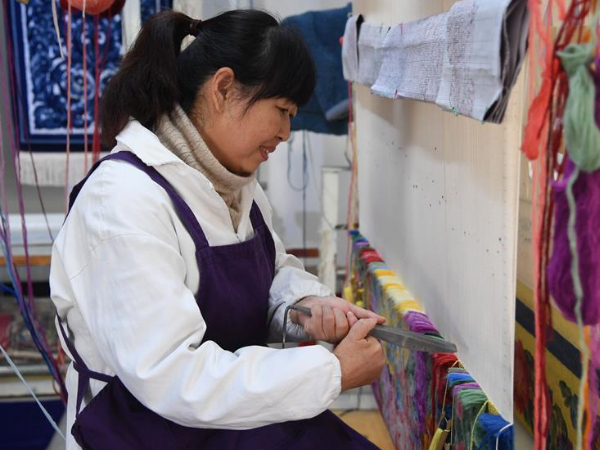 Artist establishes studio to inherit, develop handicraft of Palace Carpet making