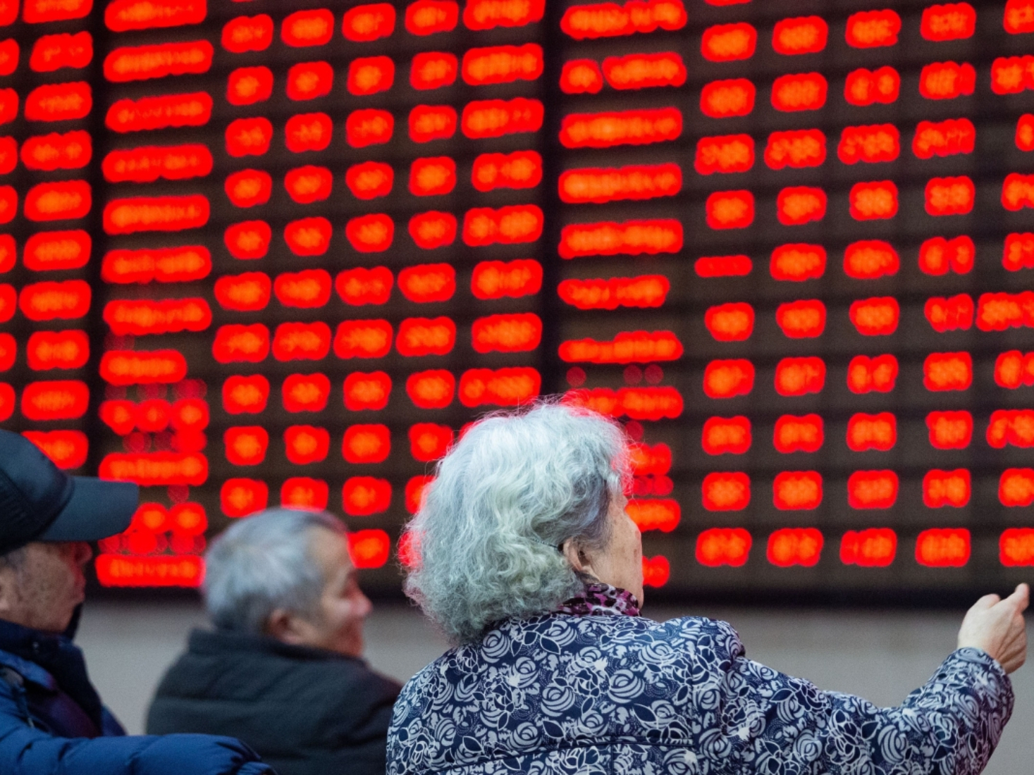 Chinese shares lower at midday Monday