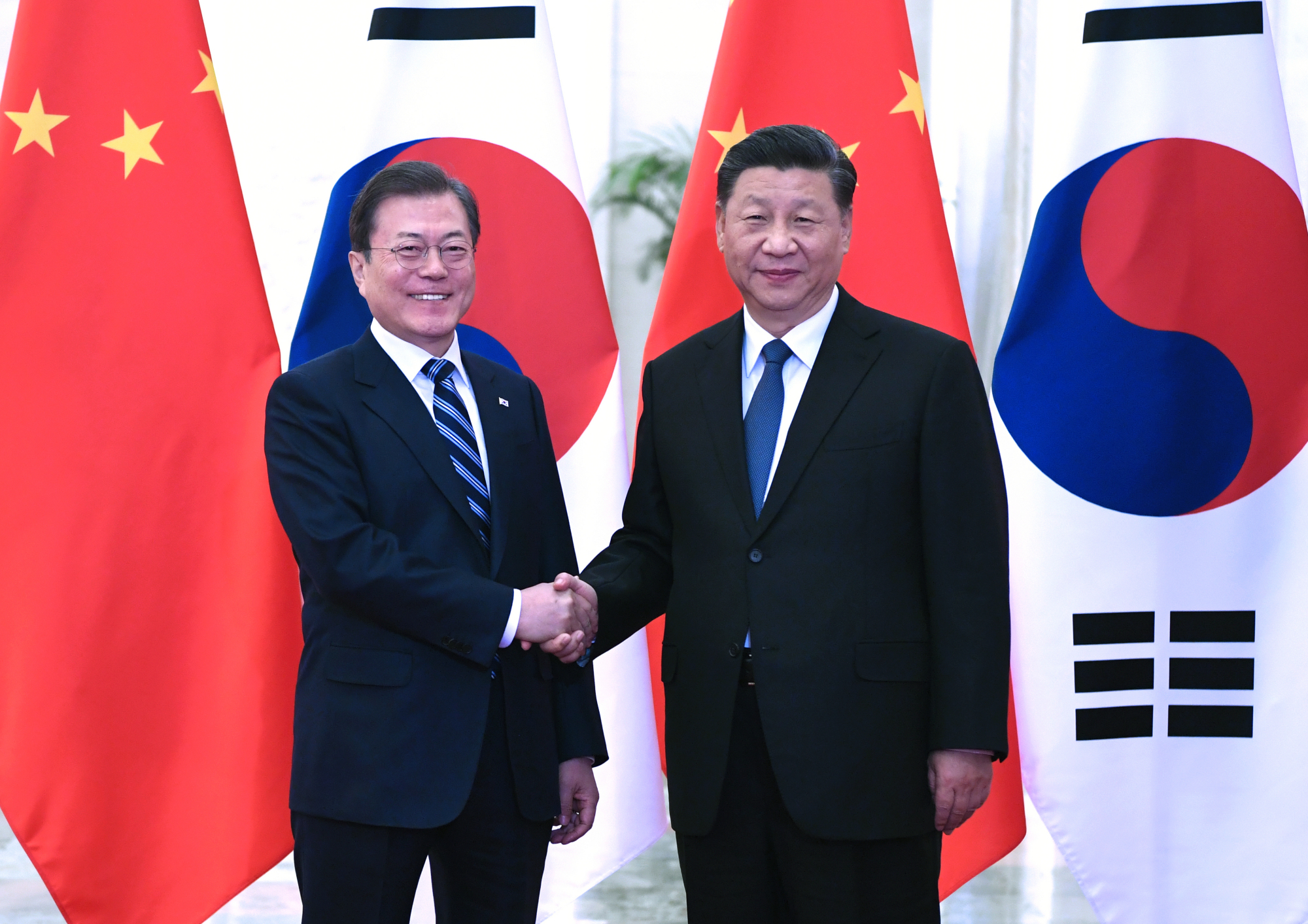 Xi meets ROK president, calls for advancing bilateral ties