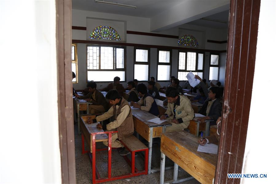 Yemeni students take exam in Sanaa