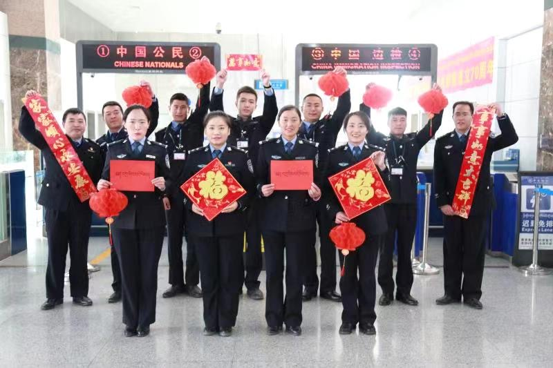Lhasa port customs officers on duty on New Year's Day