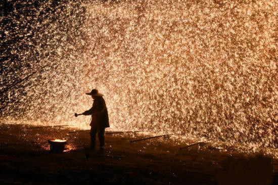 'Pyrotechnic Tree Flowers' folk custom greets the New Year