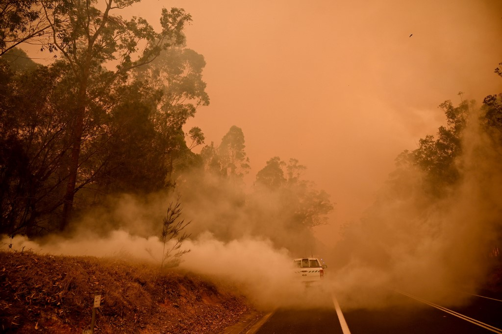 Military reservists called up as thousands flee Australian fires