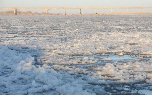 yellow river frozen (xinhua).jpg